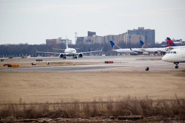 3月13日,一架波音737 Max 8型号飞机降落在美国首都华盛顿附近的里根机场。新华社发
