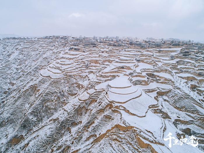 东乡族自治县山峦起伏,全县有1750条梁,3083条沟。摄影/吴军