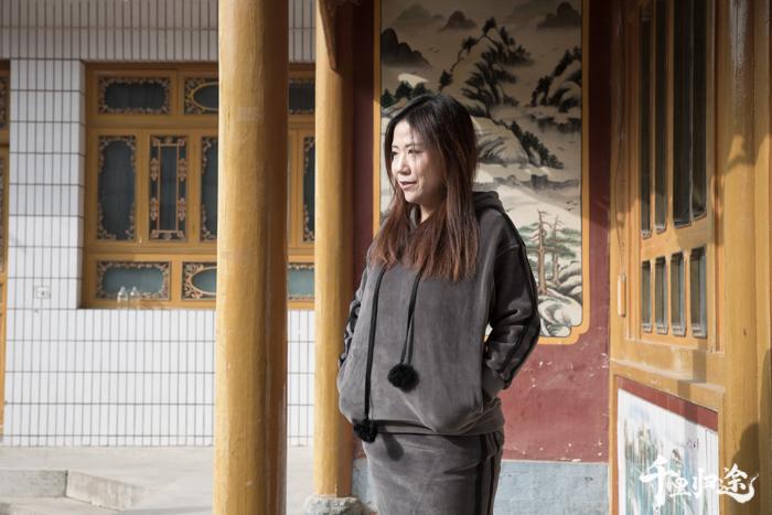 2018年7月,马箫箫在东乡成立土本土刺绣工坊,聘请当地绣娘,想要复兴东乡刺绣。摄影/王晓东