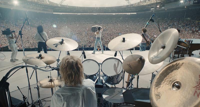 《波西米亚狂想弯》现在全球票房近9亿美元,成为影史最卖座的音乐传记片。