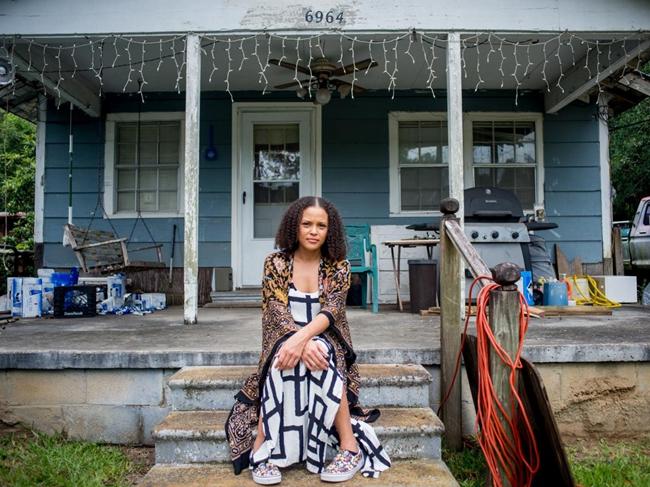 杰丝明·沃德在密西西比她曾祖母的老屋前