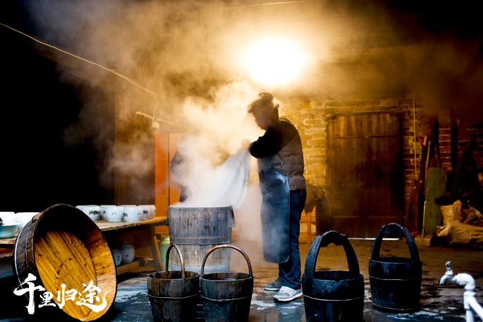 64岁的熊湘和是甜酒非物质文化遗产传承人,平江县长乐镇甜酒古法酿造的头号人物。 摄影记者张健