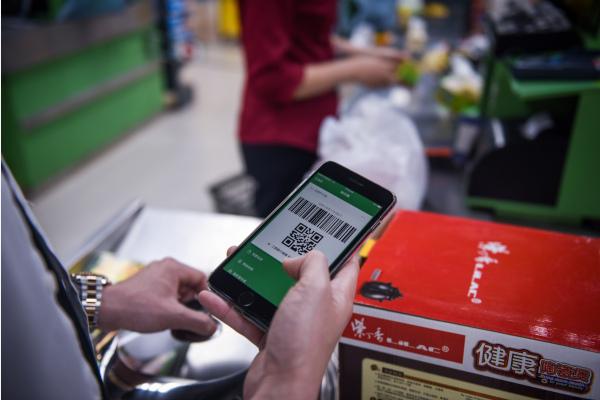 一名男子在深圳一家超市用微信支付购物。新华社资料