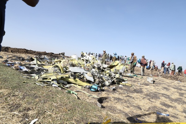 11日,在埃塞俄比亚首都亚的斯亚贝巴附近,人们聚集在坠机现场。新华社图