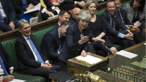 """从理论上来说,英国要么根据欧盟协定第50条,申请同欧洲继续延长谈判,要么就在今年4月12日彻底""""硬脱欧""""。"""