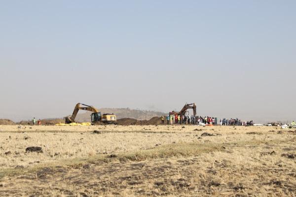 3月11日,在埃塞俄比亚首都亚的斯亚贝巴附近,人们聚集在坠机现场。新华社发