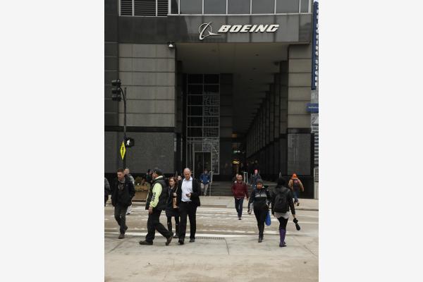 这是3月13日在美国芝加哥拍摄的波音公司总部外景。新华社发