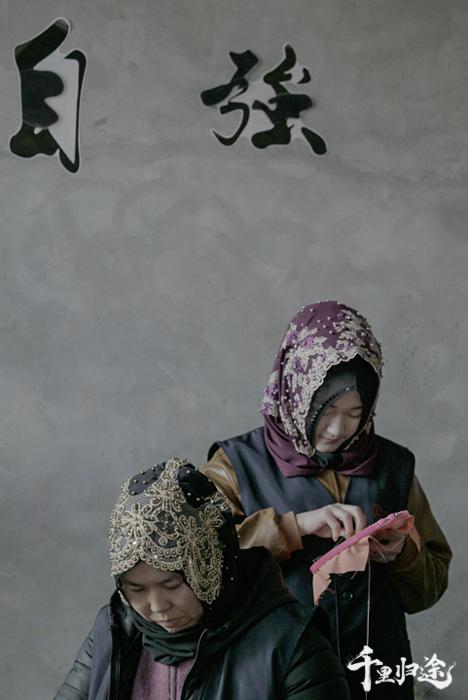 东乡土本土刺绣工坊的绣娘。 摄影/王晓东