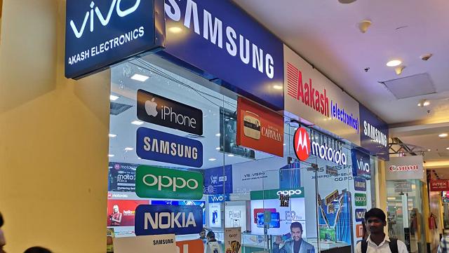 手机店的门口贴满了各种手机品牌的标识