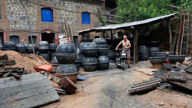 """一场突如其来的环保整治,让""""黑陶小镇""""陷入尴尬。  供图/视觉中国"""