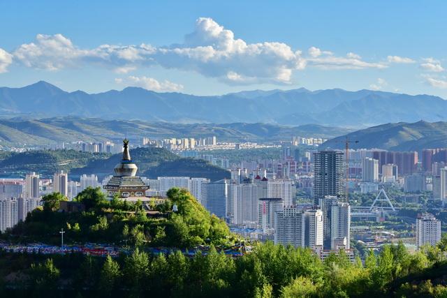 图为青海西宁城市景观。摄影/章轲