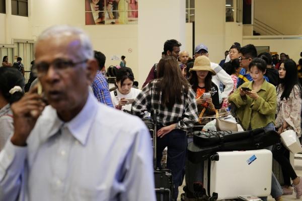 4月22日,在科伦坡班达拉奈克国际机场,旅客排队等待乘坐出租车。新华社发