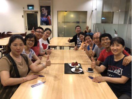 郑杰团队在机场为游客过生日。