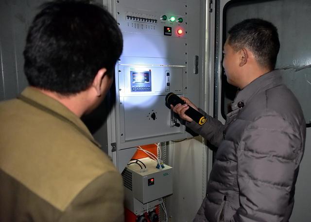 环保工作人员在山东德州一家企业检查在线监控设施。摄影/章轲
