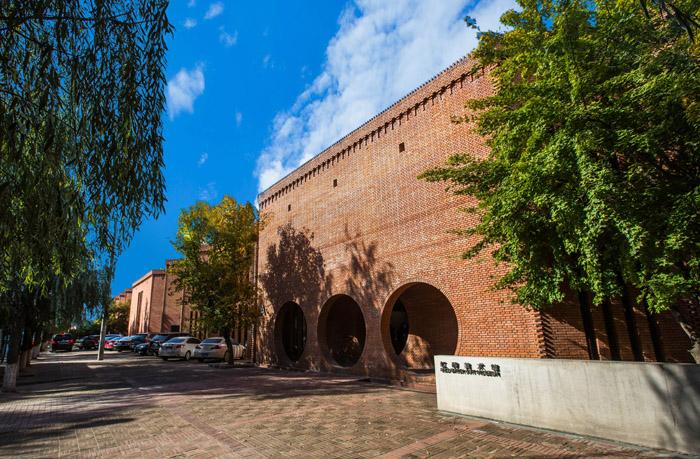 自2014年开馆以来,红砖美术馆举办了多场备受赞誉的当代艺术展览,如冰岛-丹麦籍艺术家奥拉维尔·埃利亚松个展、旅法艺术家黄永砅国际巡展等