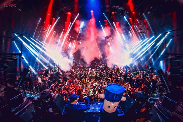 IR中国研究报告显示,线下音乐实体市场规模达3,884亿元,年增长率高达11.9%。
