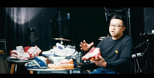 """东哥接受鞋类交易平台""""毒""""APP的视频采访。"""