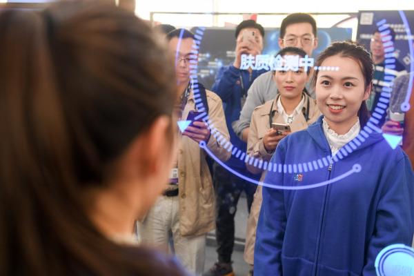 在合肥的首届世界声博会上,参观者体验一款可应用于美容行业的人工智能产品。新华社资料图