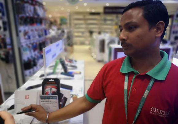 销售员向记者介绍手机