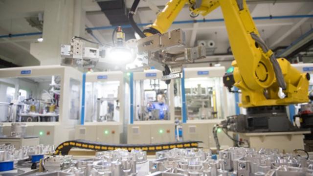在浙江绍兴市上虞区,智能机器人在新能源汽车装配车间工作 来源:新华社