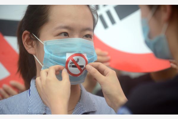 各个城市纷纷禁烟,愈加注重国民健康。图为去年5月31日,江苏省扬州市控烟志愿者在街头用行为艺术的方式劝市民戒烟。新华社发
