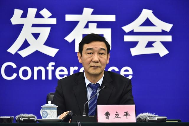 4月29日,生态环境部执法局局长曹立平在例行新闻发布会上。摄影/章轲