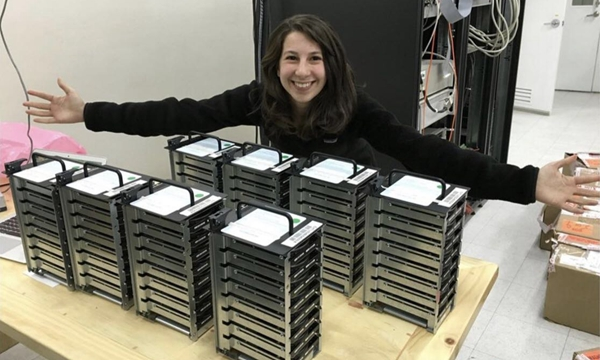伯曼收到大量来自世界各地望远镜发来的数据。