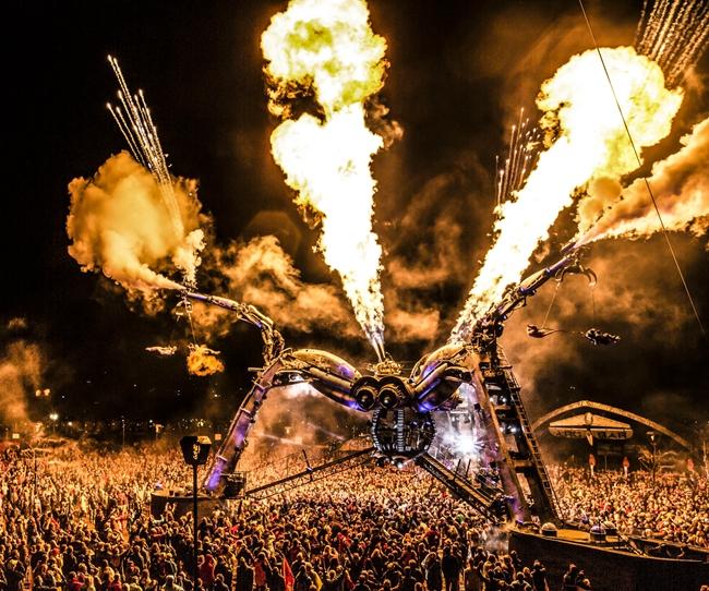去年,开功将阿卡奇观大蜘蛛舞台带到中国ISY三亚国际音乐节。