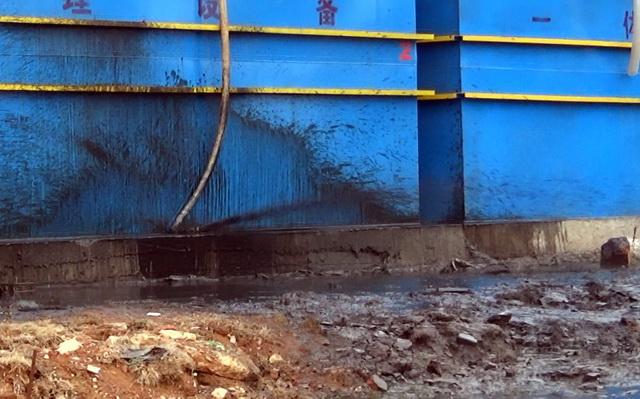 浑水答急处理设施正在。外排污泥。原料来源:中央环保督察组