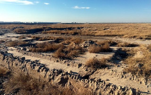雏鹰公司在草原内肆意挖取大量沟渠,破坏草原植被。资料来源:中央环保督察组