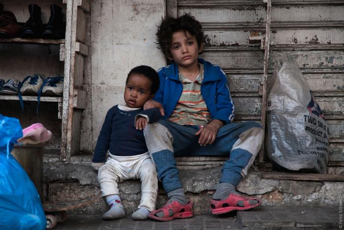 《何以为家》以纪录片的手段表现黎巴嫩难民流亡生活,从儿童视角表现搏斗和拮据带来的不幸