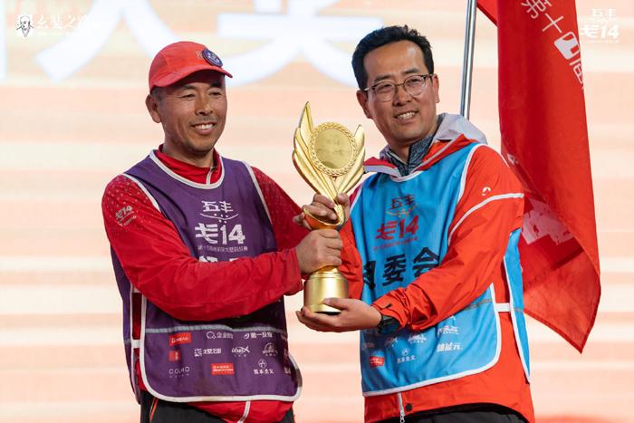 曲向東(右)給第十四屆商學院戈壁挑戰賽選手頒獎