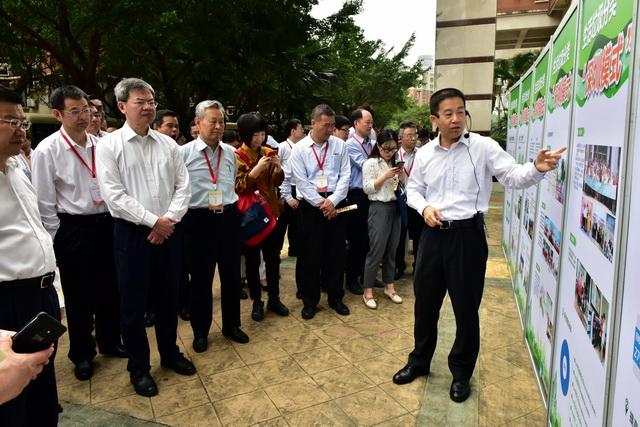 """5月13日,参加""""无废城市""""建设试点启动会的代表参观深圳市样板项目点。摄影/章轲"""