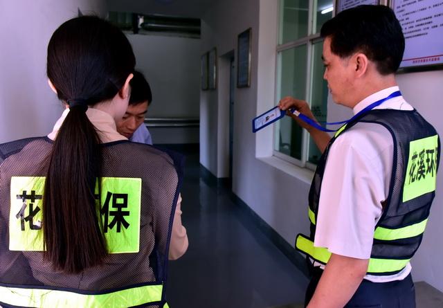 贵阳市花溪区环境监察大队人员对重点排污企业进行现场执法检查。摄影/章轲