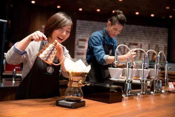 南京路上的星巴克烘焙工坊是星巴克全球收入最高的门店之一。