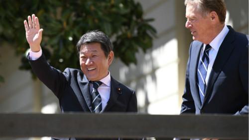 莱特希泽在4月25-26日同茂木敏充的第二轮日美贸易谈判前合影