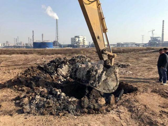 在博汇集团厂区污泥堆场下挖掘出来的黑色焦油状物质。资料来源:中央环保督察组
