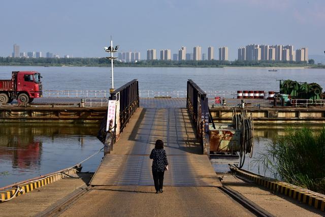 湖北省沿江工业污染和环境风险依然突出。图为2017年9月,原环境保护部专项行动督查组在湖北荆州督查。摄影/章轲