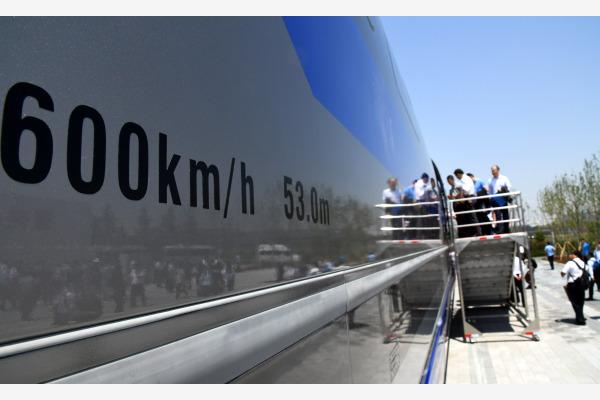 5月23日,参观人员登上时速600公里高速磁浮试验样车。