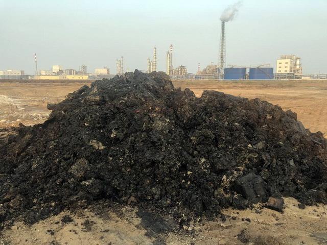 挖掘出来的黑色焦油状物质散发浓烈的刺激性气味。资料来源:中央环保督察组