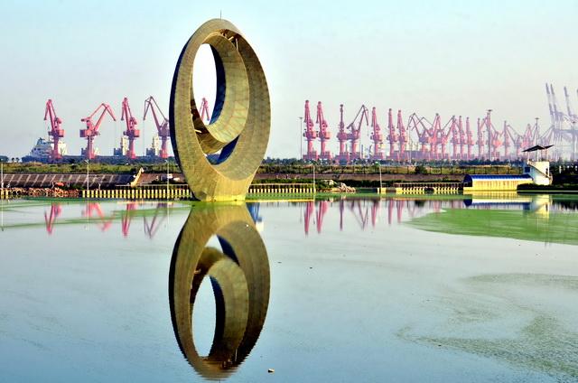 营口是辽宁省东北老工业基地振兴、辽宁沿海经济带和沈阳经济区三大国家战略的唯一叠加城市。摄影/章轲