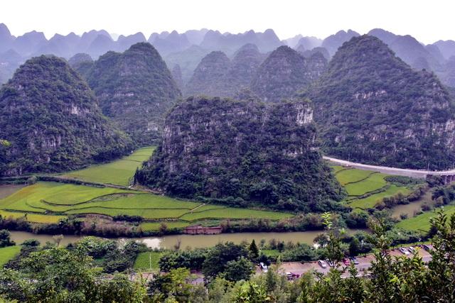 贵州具有典型的喀斯特地貌。河流污染也会严重影响到地下水水质。摄影/章轲