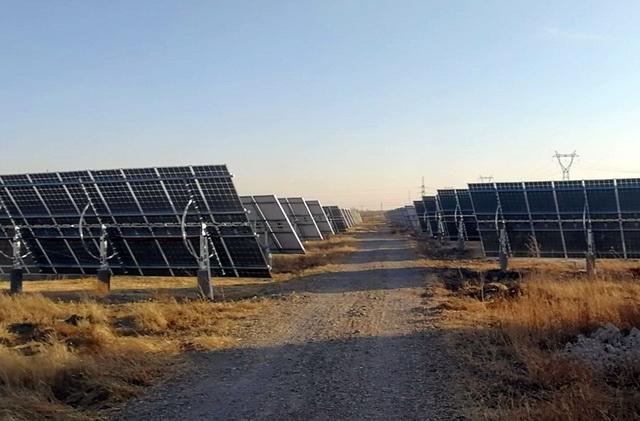草场内存在大量未经批准的光伏发电设施。资料来源:中央环保督察组