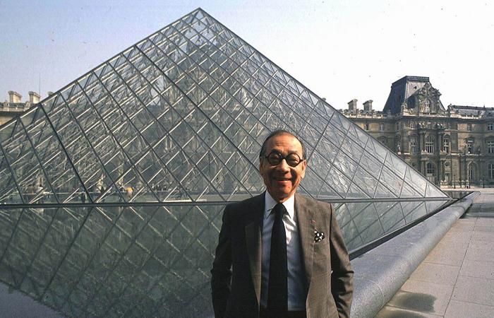 1989年3月3日,贝聿铭在他设计建造的卢浮宫金字塔前留影。 视觉中国图