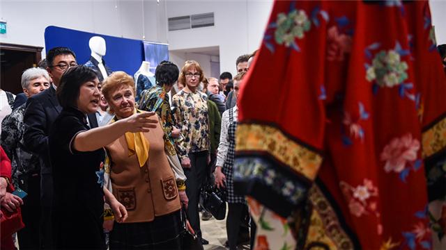中国在莫斯科举办丝绸服装展