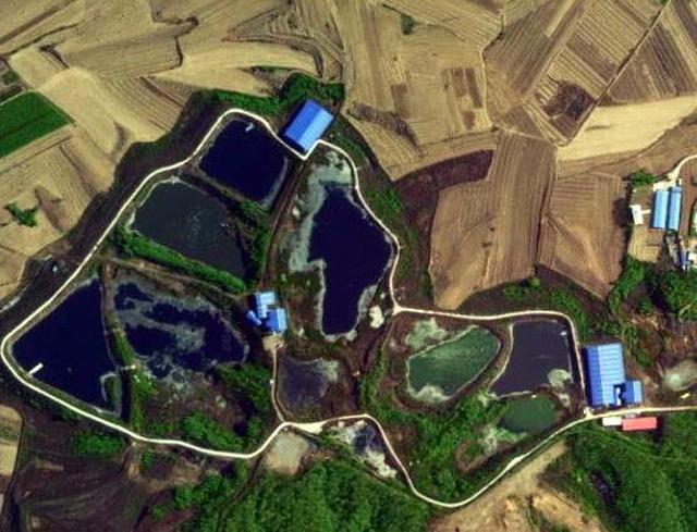 积存在祝家地区坑塘内的污泥。资料来源:中央环保督察组