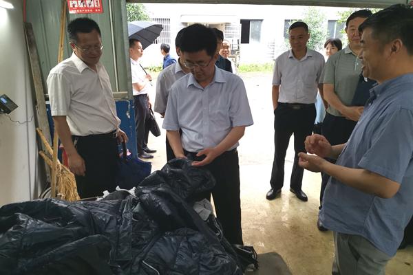 国家统计局副局长毛有丰在赤壁市米琦服饰有限公司现场查看企业情况