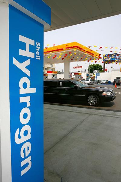 早在2008年,为响应政府发展氢燃料汽车的计划,壳牌石油公司和通用汽车公司在华盛顿特区、纽约等地广泛设立氢燃料加油站。  视觉中国图