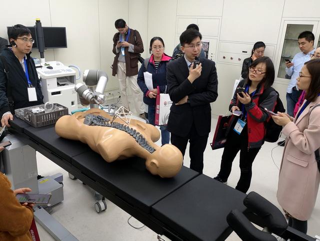 3月23日,北京市医疗机器人产业创新中间的科技人员向记。者展现高新技术产品。摄影/章轲