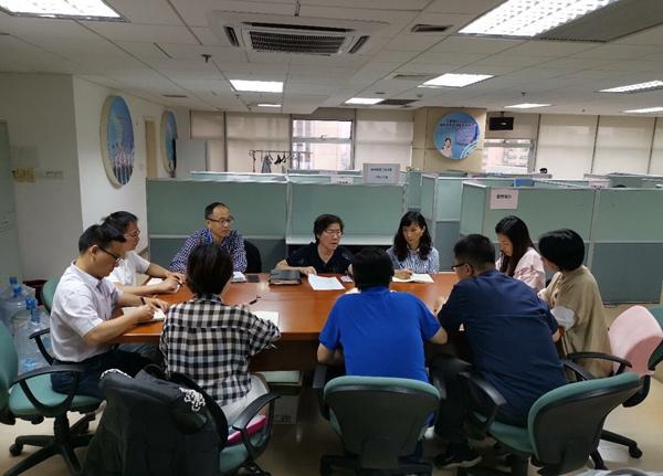 图为上海市税务部分做事人。员开展减税降费有关做事会议